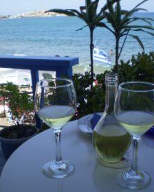 Wein auf Terrasse in Kreta
