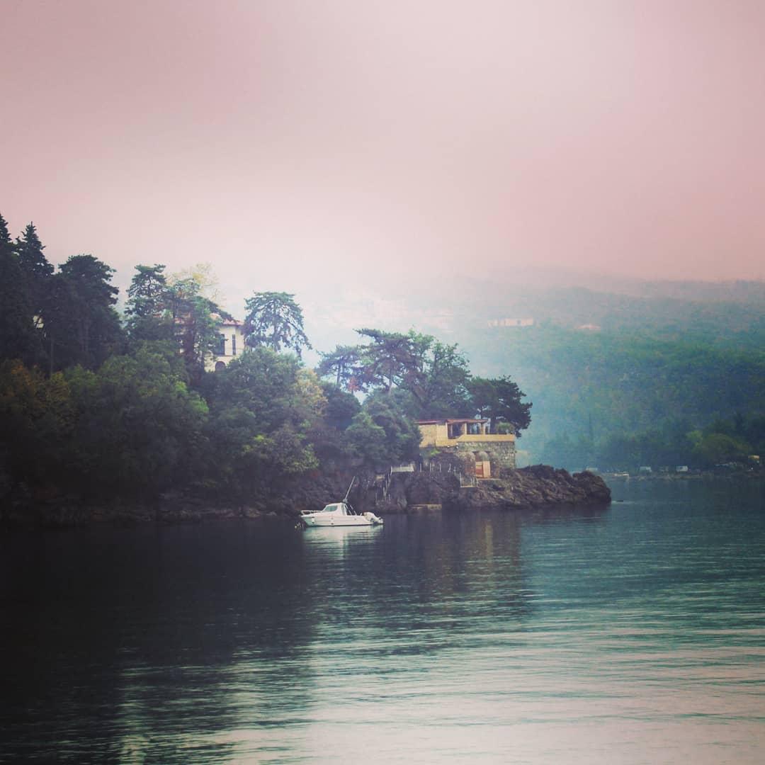 Boot vor Haus am meer