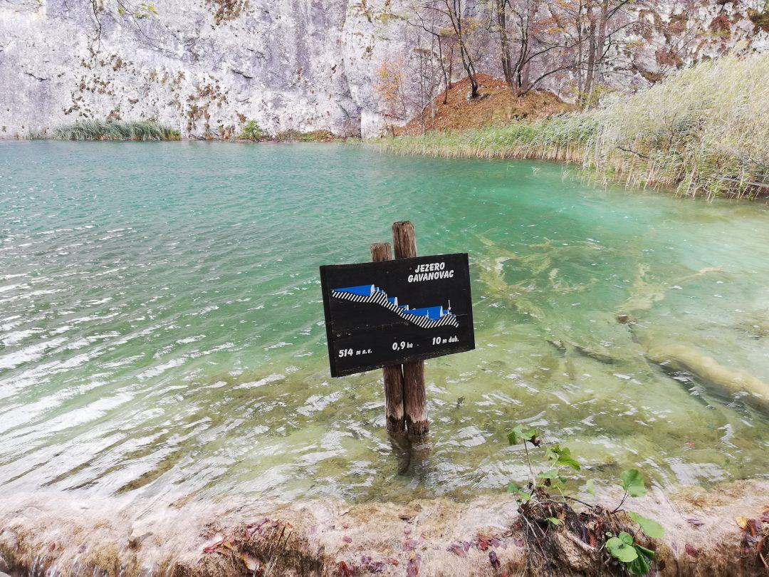 Schild im See