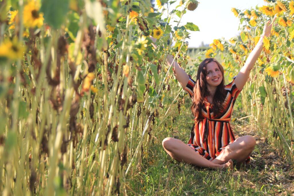 Happy im Sonnenblumenfeld